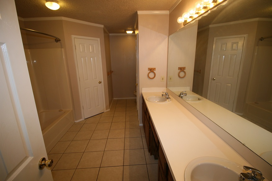 1740 Oxford Master Bathroom w Tub/Shower