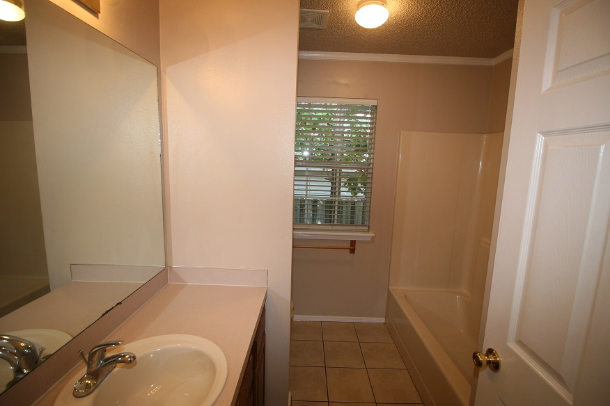 1740 Oxford Bathroom, Guest
